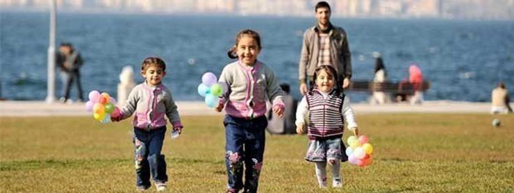 Bayram tatilinde parkta oynayan çocuklar
