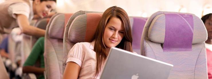 Uçakta internet kullanan kadın