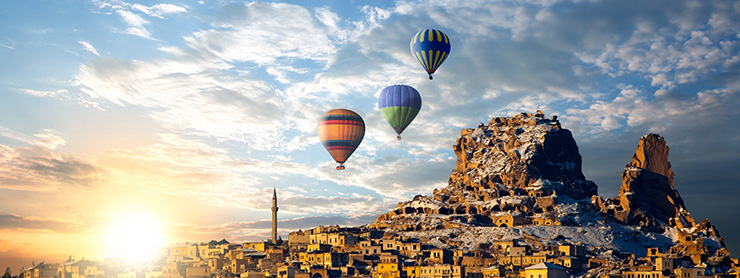 Kapadokya gündoğumunda balonlar