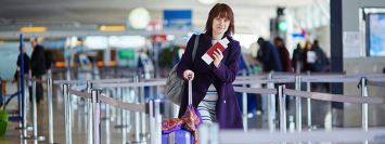 Passaport sırasında kadın uçak yolcusu